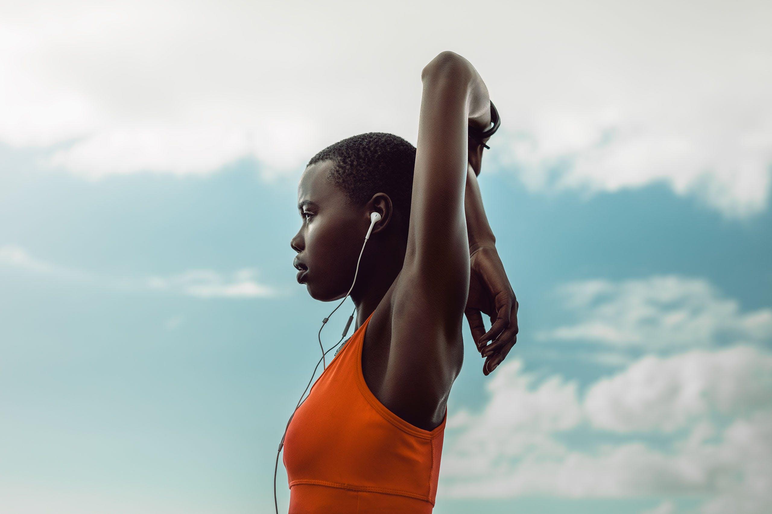 Une femme s'étire avant de commencer son exercice.